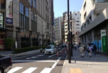 横浜中央郵便局」と「崎陽軒本店」の間の道を「帷子川」方向へ