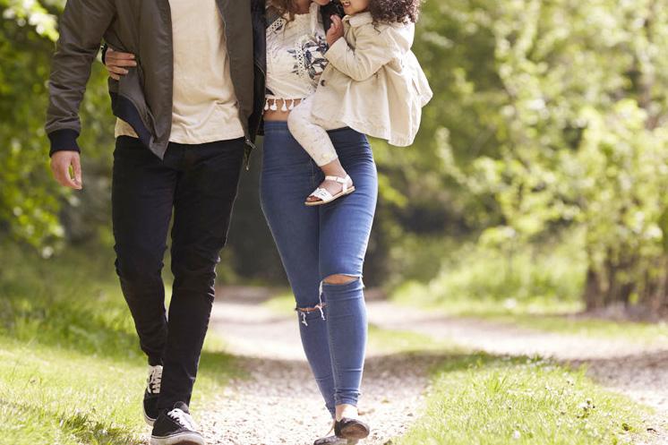 散歩する夫婦と子供