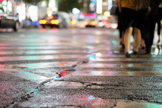 雨の夜の交差点
