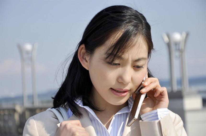 電話をある女性
